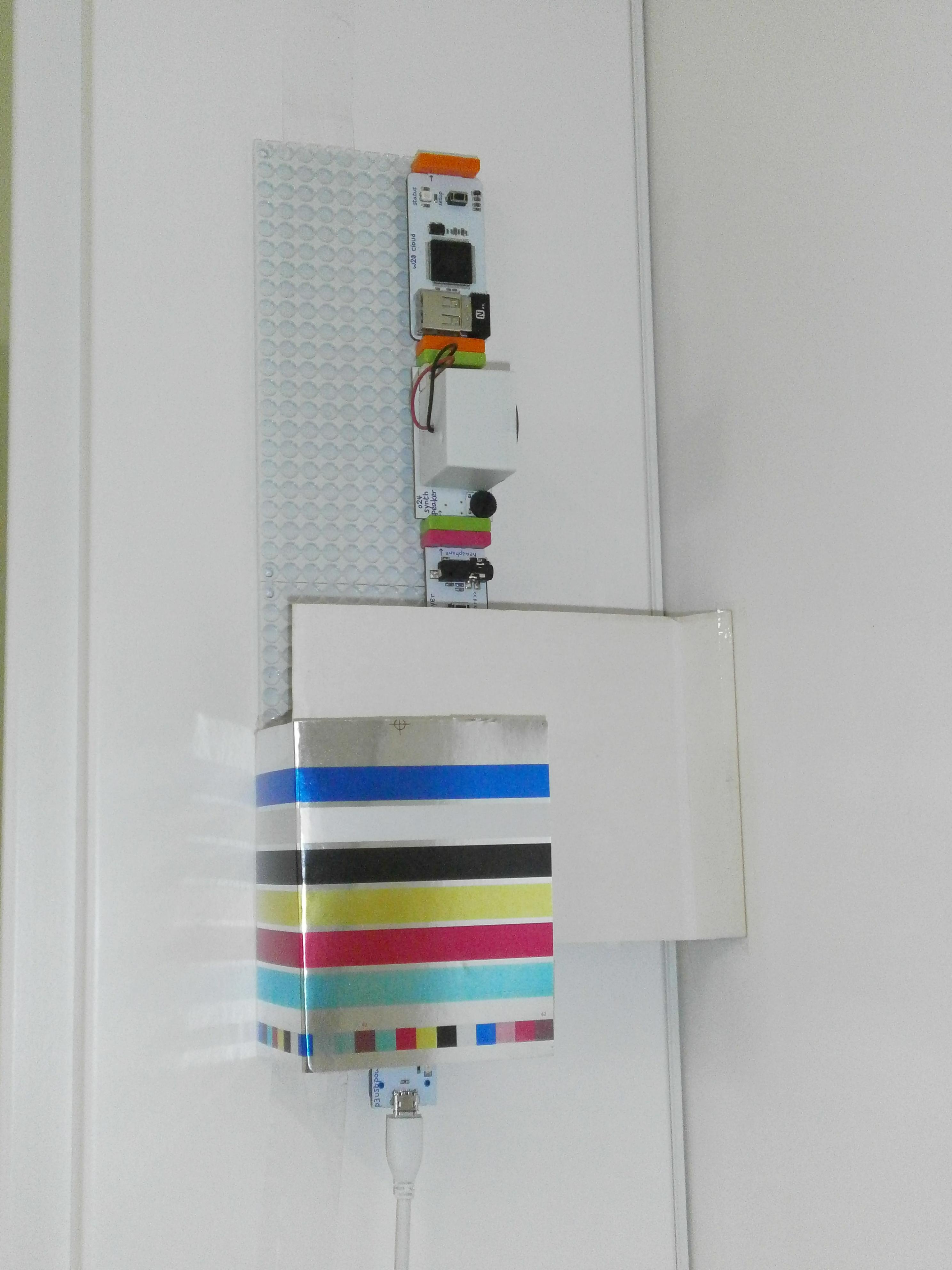 Pogled na montirani uređaj. Alarm je na dovratniku, a pregrada na vratima.